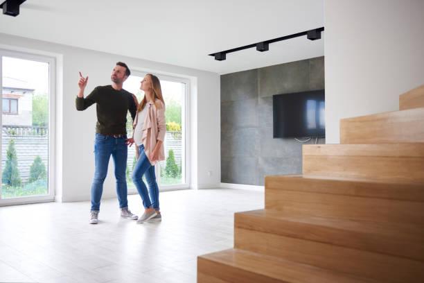Couple qui visite une maison à vendre pour un achat immobilier