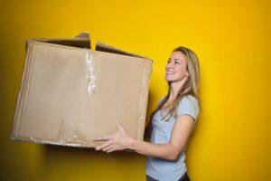 femme avec carton de déménagement