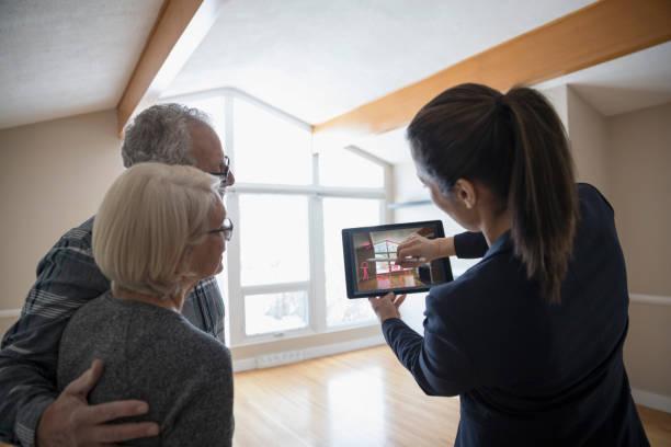 Agent immobilier qui fait visiter un appartement à un couple